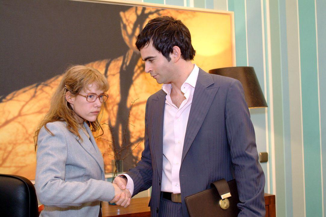 Auf gute Zusammenarbeit? Von wegen - lediglich aus Sorge um ihre Kollegen hat Lisa (Alexandra Neldel, l.) den Vertrag unterzeichnet - und wird von D... - Bildquelle: Sat.1