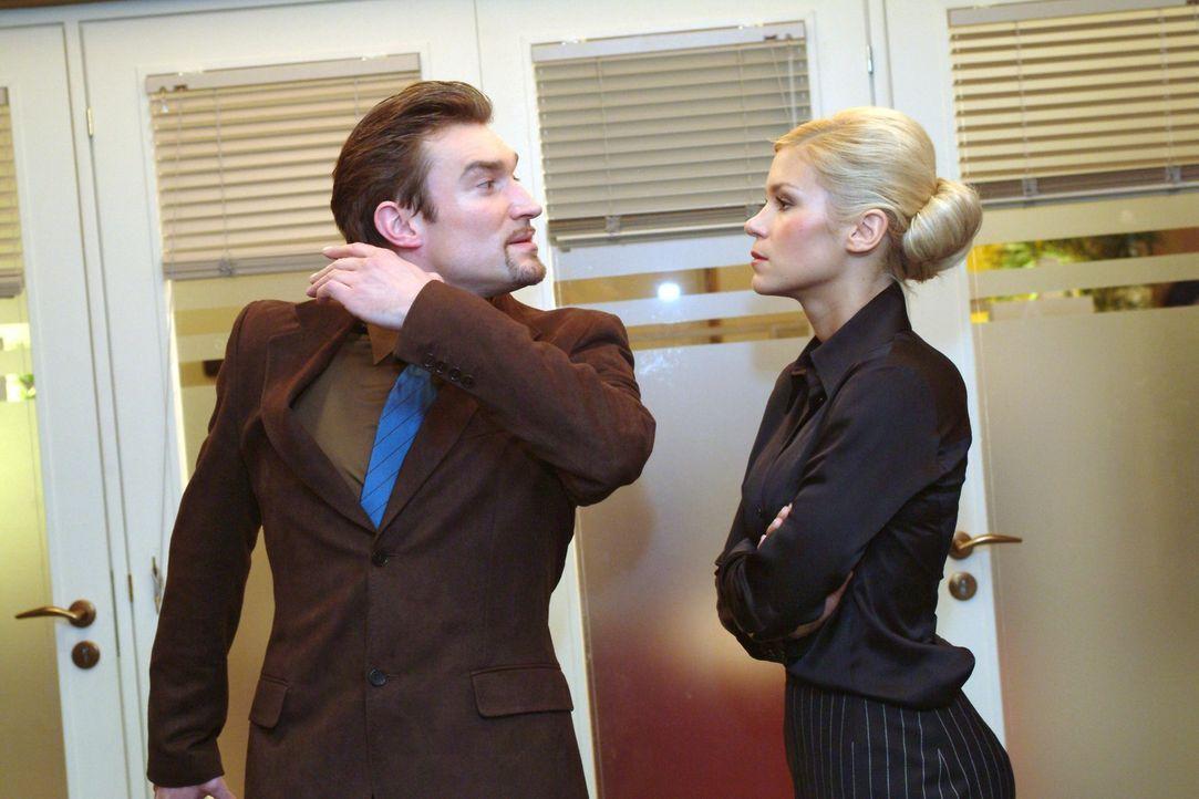 Richard (Karim Köster, l.) verbietet Sabrina (Nina-Friederike Gnädig, r.) den Umgang mit Jürgen. Als deren ganzer Frust aus ihr herausbricht, bri... - Bildquelle: Monika Schürle Sat.1