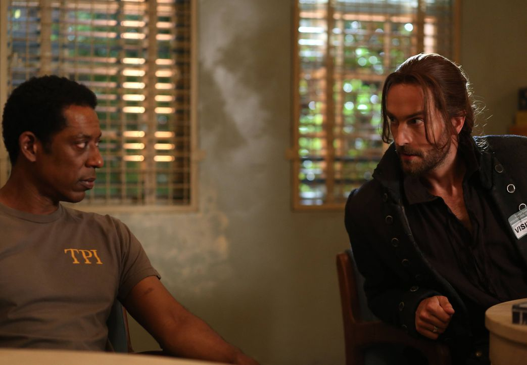 Ichabod (Tom Mison, r.) versucht, Irving (Orlando Jones, l.) vor Henry zu warnen. Dich ist es bereits zu spät dafür? - Bildquelle: 2014 Fox and its related entities. All rights reserved.