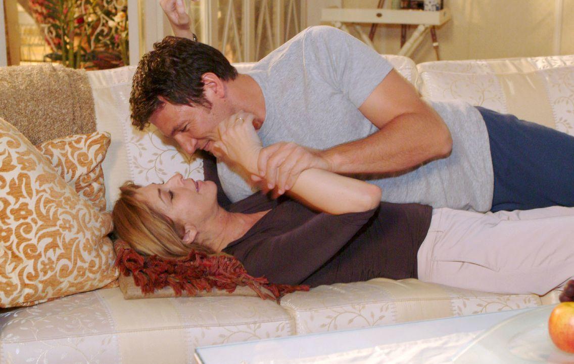 Laura (Olivia Pascal, l.) ermutigt Johannes (Dieter Bach, r.) sie zu küssen. Sie will sich endlich wieder spüren ... - Bildquelle: Monika Schürle SAT.1 / Monika Schürle