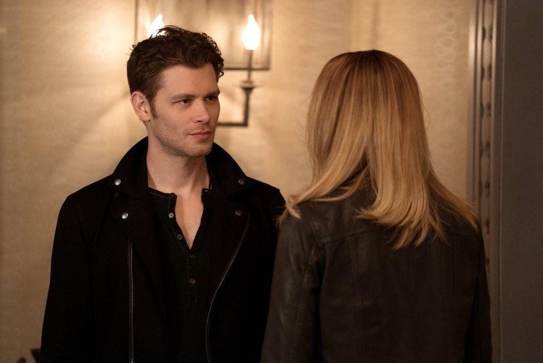 Camis (Leah Pipes, r.) Verhalten stellt Klaus' (Joseph Morgan, l.) Geduld auf eine harte Probe ... - Bildquelle: Warner Bros. Entertainment, Inc.