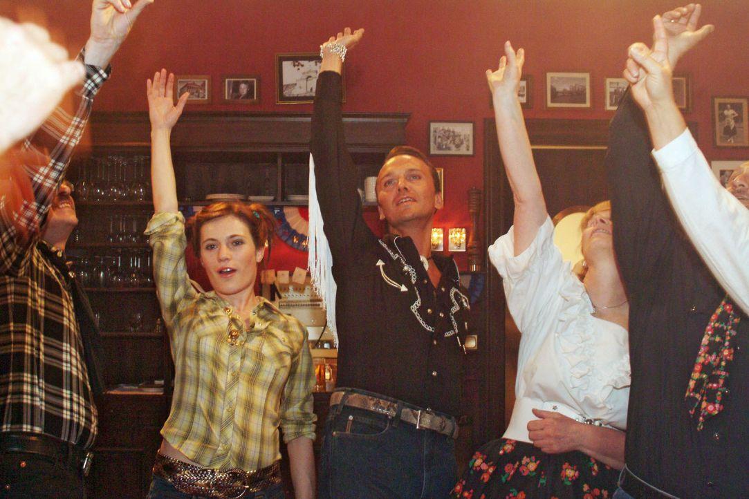 Britta (Susanne Berckhemer, l.) und Hugo (Hubertus Regout, r.) haben Spaß beim Square Dance. - Bildquelle: Monika Schürle SAT.1 / Monika Schürle