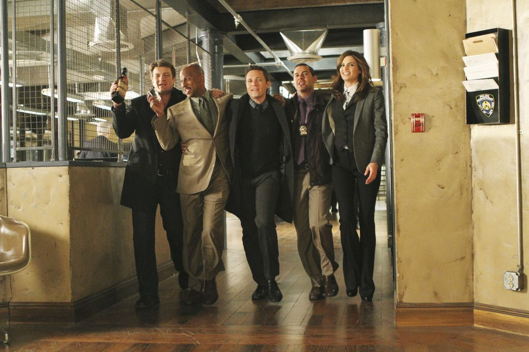 Feierabendstimmung (v.l.n.r.): Richard Castle (Nathan Fillion), Captain Roy Montgomery  (Ruben Santiago-Hudson), Kevin Ryan (Seamus Dever), Javier E... - Bildquelle: 2010 American Broadcasting Companies, Inc. All rights reserved.