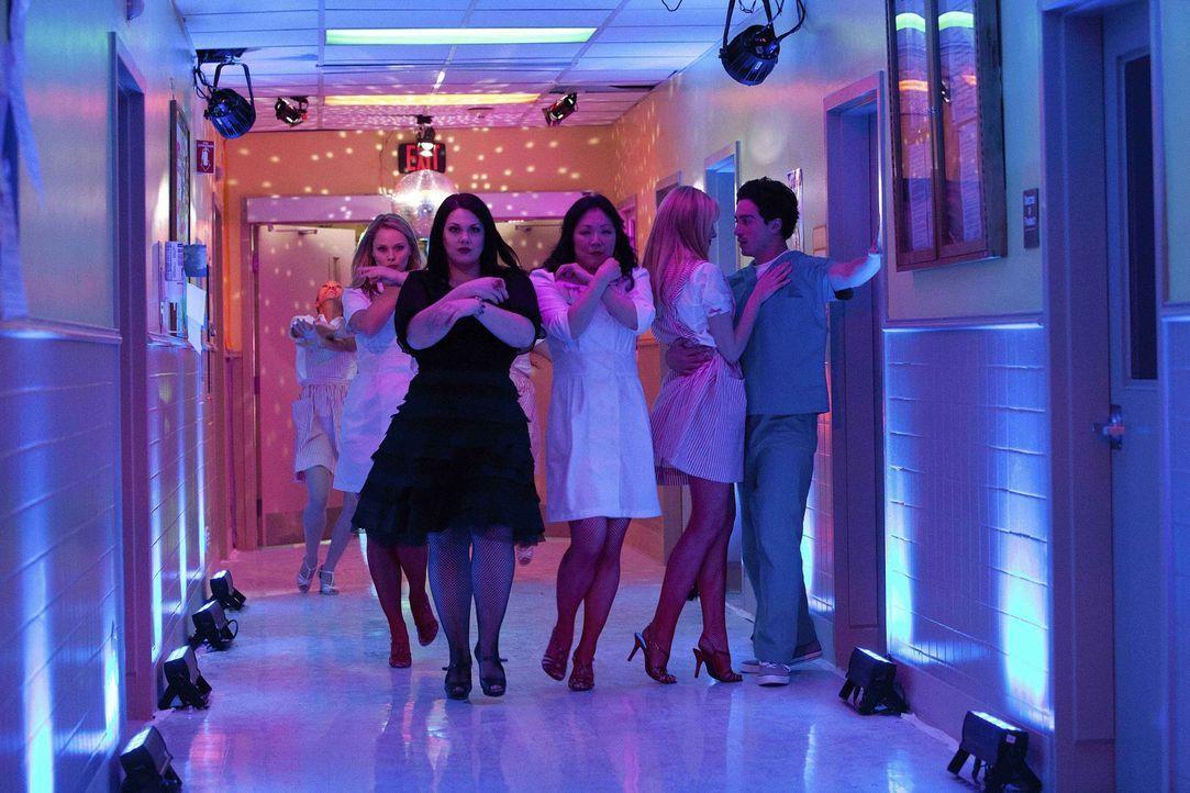 Während ihrem Besuch im Krankenhaus hat Jane Bingum (Brooke Elliott, vorne l.) einen seltsamen Traum, indem auch Kim (Kate Levering, hinten l.), Te... - Bildquelle: 2011 Sony Pictures Television Inc. All Rights Reserved.