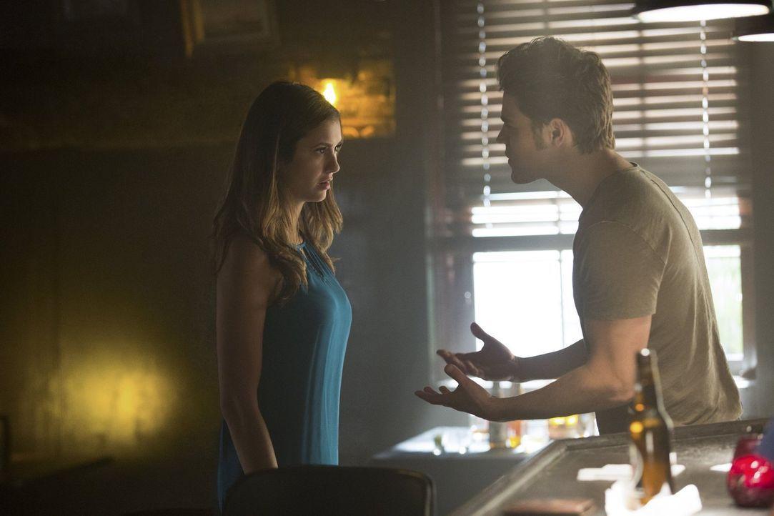 Stefan (Paul Wesley, r.) und Elena (Nina Dobrev, l.) verbringen einen gemeinsam Tag und dieser entwickelt sich anders als geplant ... - Bildquelle: Warner Bros. Entertainment, Inc