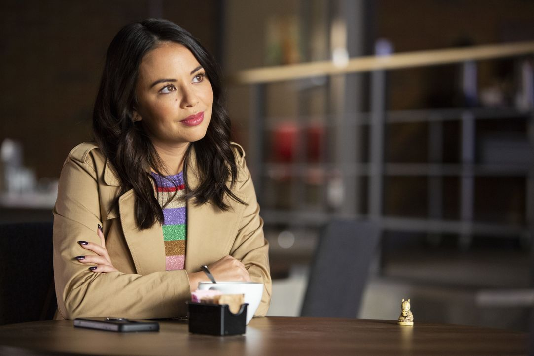 Mona Vanderwaal (Janel Parrish) - Bildquelle: Scott P. Green 2019 Warner Bros. Entertainment Inc. All Rights Reserved. / Scott P. Green
