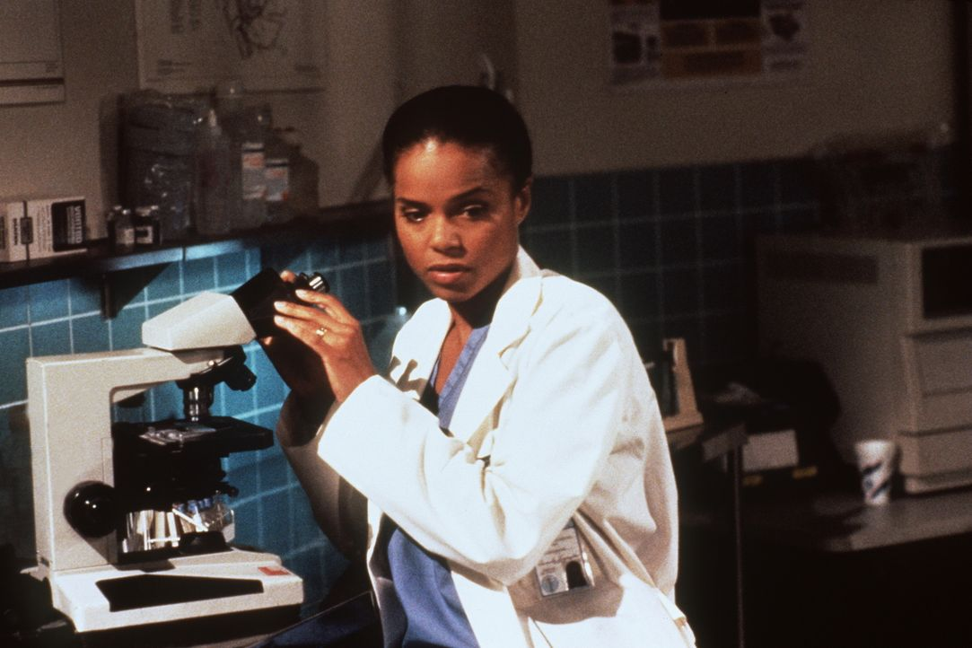 Amanda (Victoria Rowell) untersucht im pathologischen Labor einige Gewebeproben, um dem Mörder auf die Schliche zu kommen. - Bildquelle: Viacom
