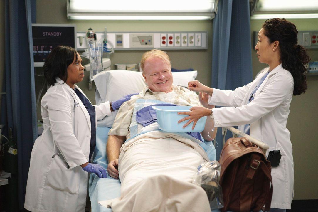 Bailey (Chandra Wilson, l.) und Cristina (Sandra Oh, r.) betreuen einen Mann (Christian Clemenson, M.), der im Rahmen eines wissenschaftlichen Exper... - Bildquelle: ABC Studios