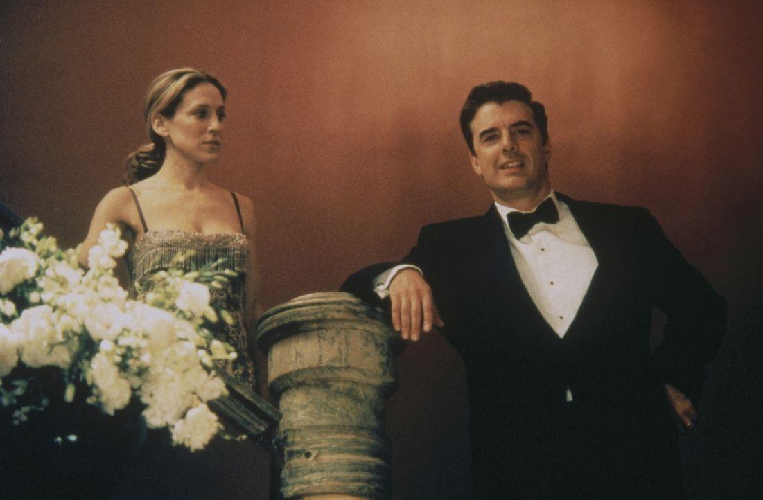 Als Carrie (Sarah Jessica Parker, l.) während der Oper Big (Chris Noth, r.) entdeckt, ergreift sie panikartig die Flucht - doch ohne Erfolg: Sie en... - Bildquelle: Paramount Pictures