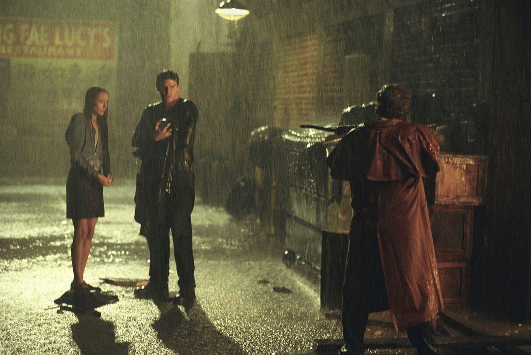 Fred (Amy Acker, l.) und Angel (David Boreanaz, M.) werden von dem Vampirjäger Holtz (Keith Szarabajka) bedroht. Er will sich für den Mord an seiner... - Bildquelle: 20th Century Fox. All Rights Reserved.