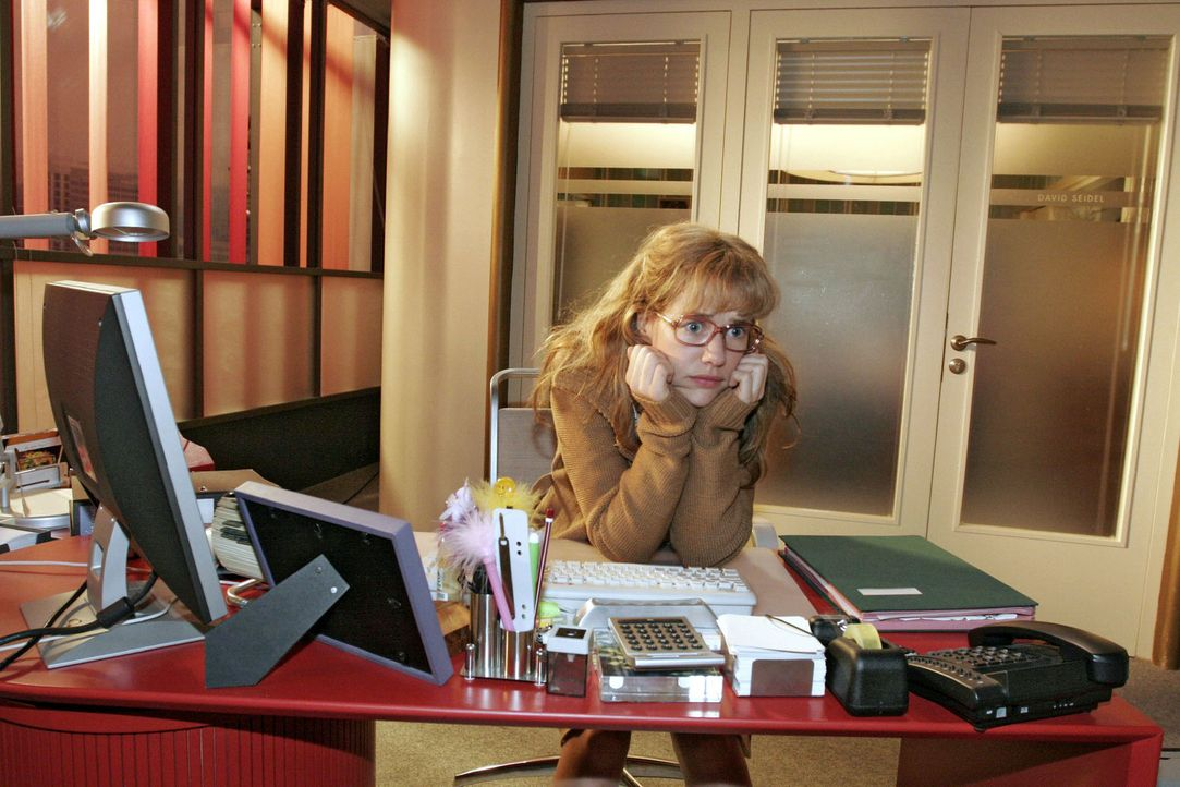 Lisa (Alexandra Neldel) sitzt nervös an ihrem Schreibtisch - sie will David endlich von ihrem Treffen mit Blum und dem Bestechungsversuch erzählen... - Bildquelle: Sat.1