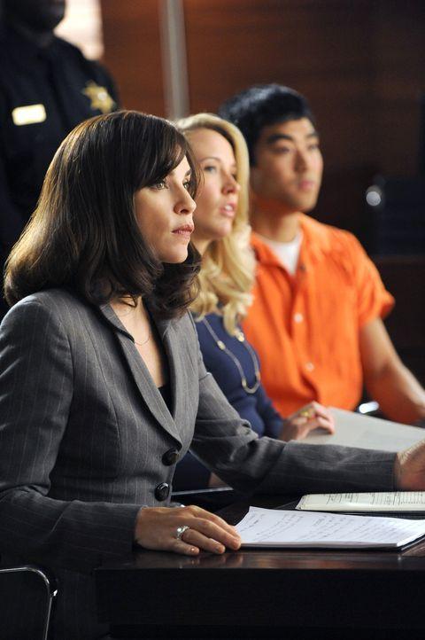 Zusammen mit Caitlin (Anna Camp, M.) übernimmt Alicia (Julianna Margulies, l.) die Verteidigung des Taiwaners Chen Jin-Pyn (Derek Mio, r.), der weg... - Bildquelle: 2011 CBS Broadcasting Inc. All Rights Reserved.