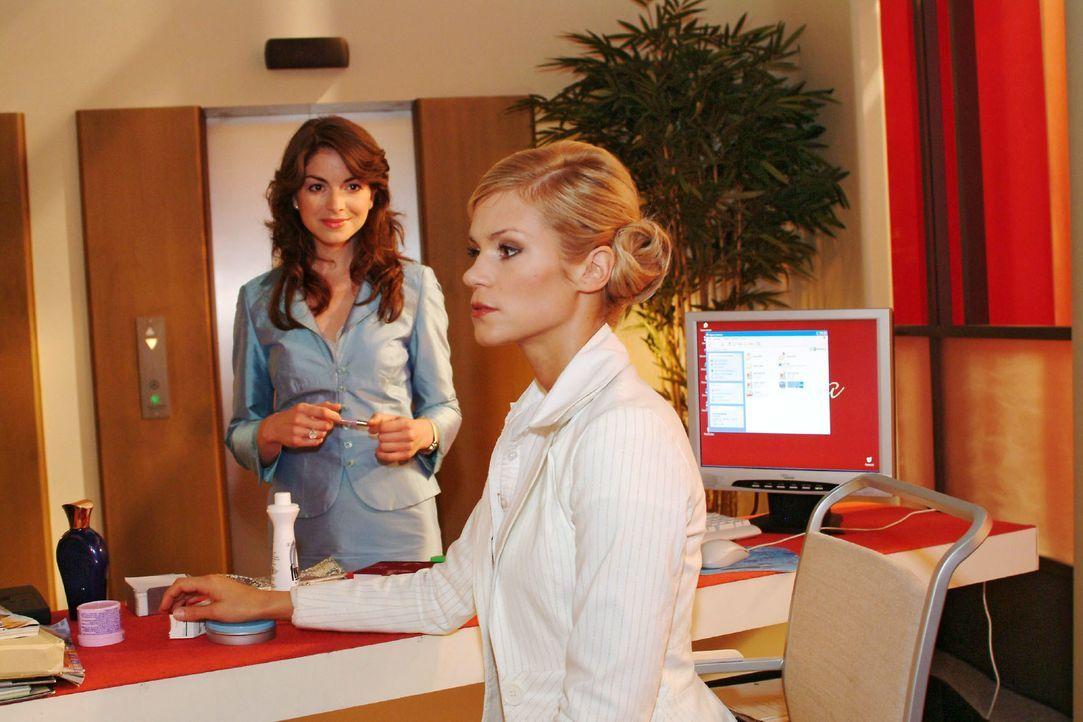 Sabrina (Nina-Friederike Gnädig, r.) plagt gegenüber Mariella (Bianca Hein, l.) ein schlechtes Gewissen - hat sie doch Richard berichtet, dass diese... - Bildquelle: Monika Schürle SAT.1 / Monika Schürle