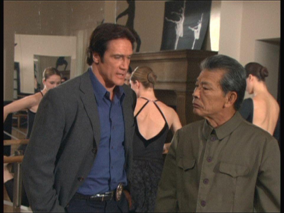 Steve (Barry Van Dyke, l.) befragt Lee (Mako, r.) zum Mord an einem chinesischen Tänzer. - Bildquelle: Viacom