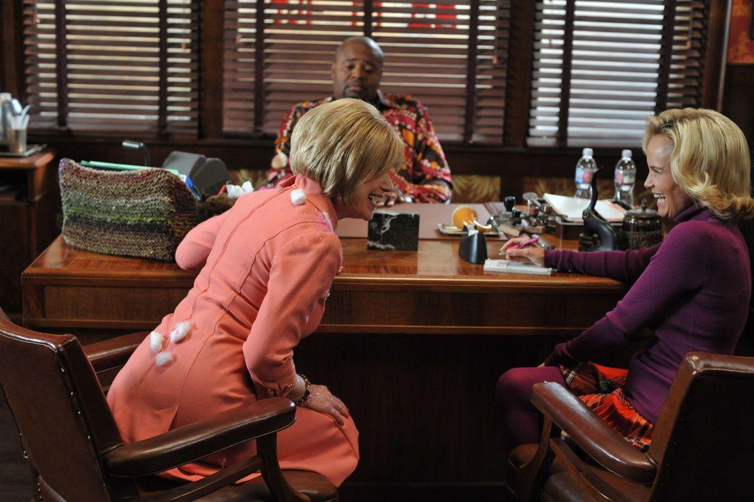 Annabelle Vandersloop (Mary Kay Place, l.) sucht Rat bei Privatdetektiv Emerson Cod (Chi McBride, M.). Nora McQuoddy wurde ermordet und sie will den... - Bildquelle: Warner Brothers