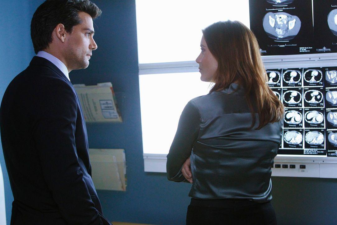 Um Susan zu retten, holt Addison (Kate Walsh, r.) Dr. Rodriguez (Cristián de la Fuente, l.) zur Hilfe, der eine Lösung finden soll. Dieser hat jed... - Bildquelle: ABC Studios