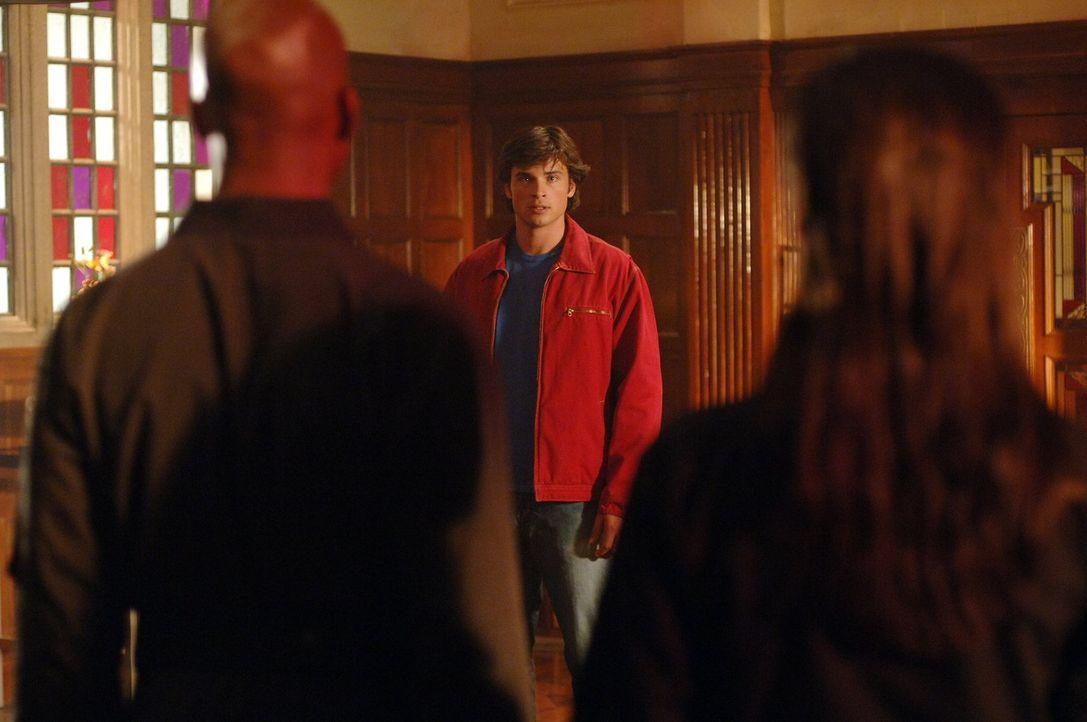Jetzt, da Clark (Tom Welling, M.) keine Superkräfte mehr hat, möchte er ein normales Leben mit Lana führen. Doch jemand steht ihm im Weg ... - Bildquelle: Warner Bros.