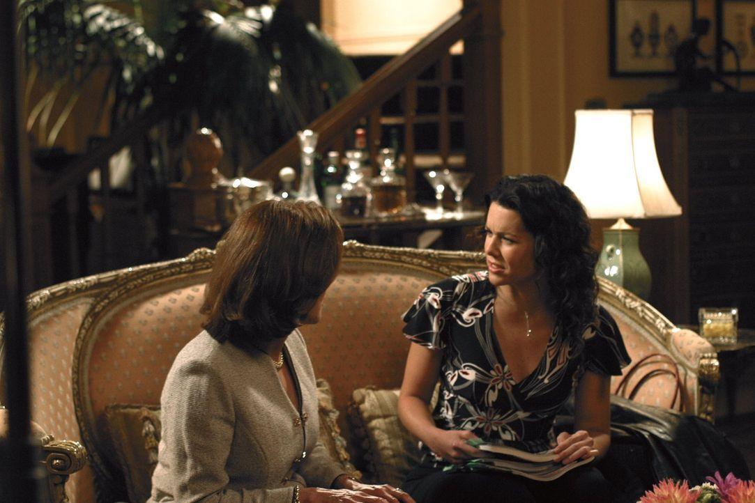 Während Lane mit einer Zeitungsanzeige nach einer Band sucht, beschäftigen sich Emily (Kelly Bishop, l.) und auch Lorelai (Lauren Graham, r.) mit Ro... - Bildquelle: 2002 Warner Bros.
