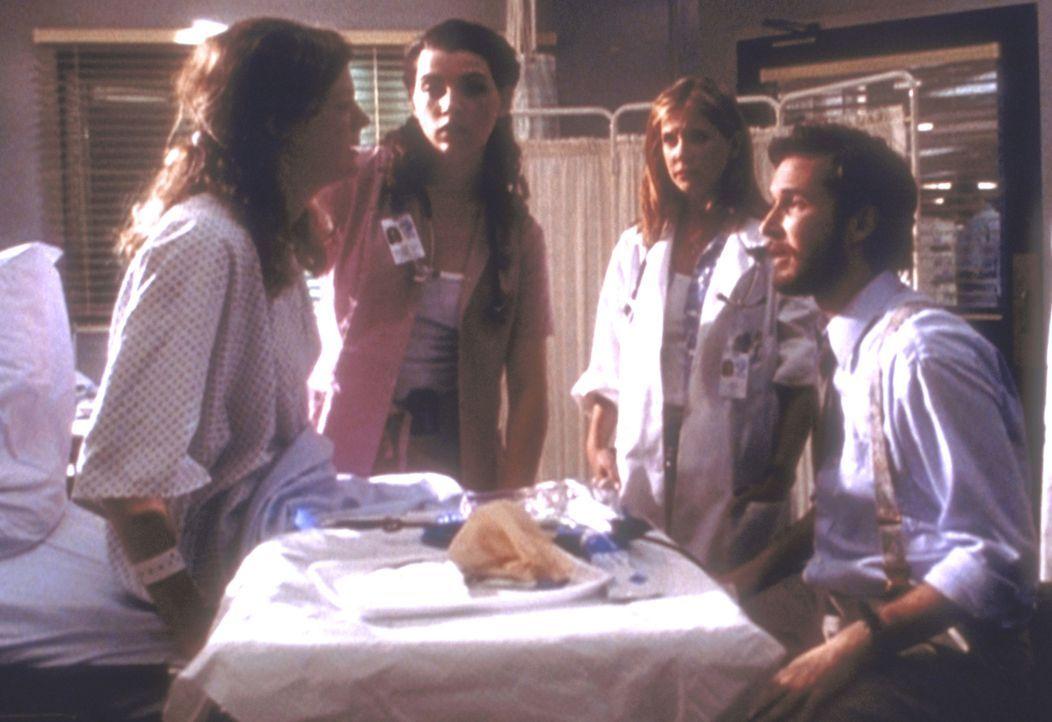 Mrs. Draper (Barbara K. Whinnry, l.) erfährt von Carter (Noah Wyle), dass sie wieder eine Fehlgeburt hatte und bricht in Tränen aus. Hathaway (Julia... - Bildquelle: TM+  2000 WARNER BROS.
