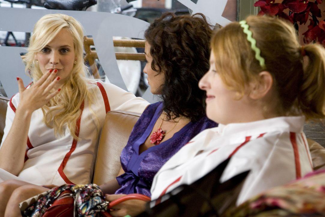 Stella (Katja Schuurman, M.) erzählt Fatima (Bracha van Doesburgh, l.) und Nienke (Eva van der Gucht, r.), dass der Mann, dem sie und Jurian das Le... - Bildquelle: SBS/Elvin
