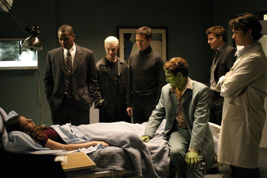 (v.l.n.r.) Fred (Amy Acker) wird langsam zum Wirtsorganismus für einen uralten Dämon, Illyria. Gunn (J. August Richards), Spike (James Marsters), We... - Bildquelle: The WB Television Network