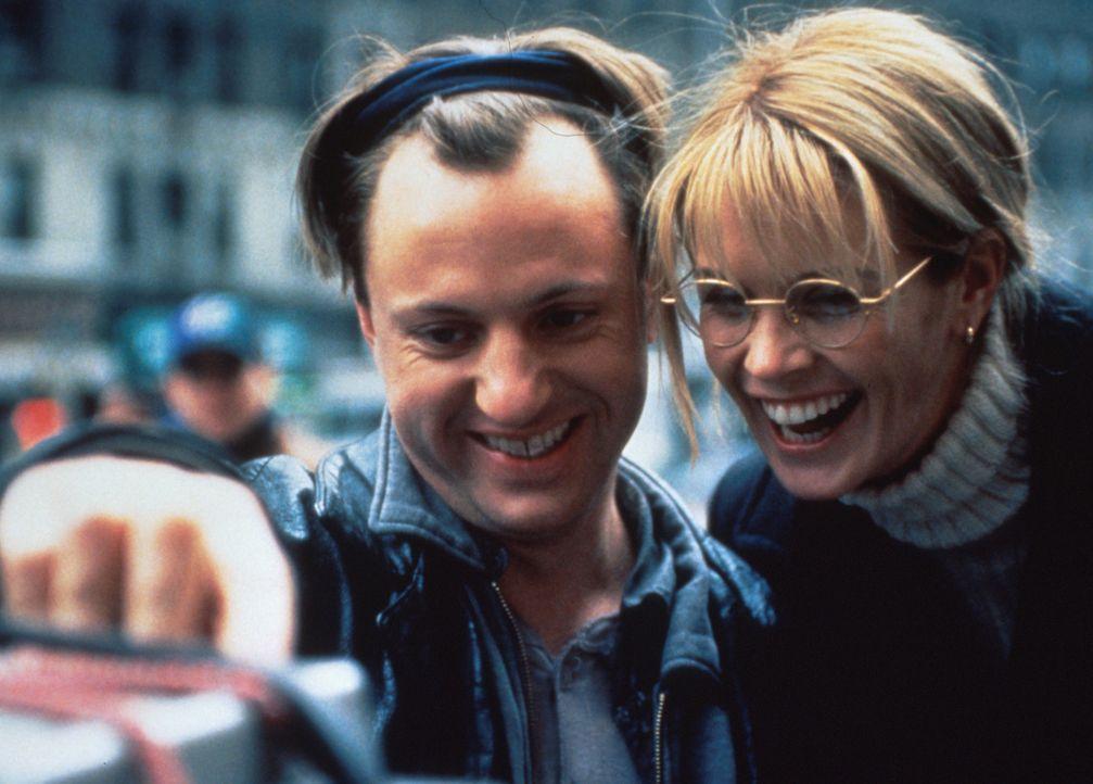 Die schöne Jane (Elle Macpherson, r.) ist tatsächlich zu Joes (Eric Schaeffer, l.) Vernissage gekommen. Und sie scheint ihn sympathisch zu finden ..... - Bildquelle: 1996 TriStar Pictures, Inc. All Rights Reserved.