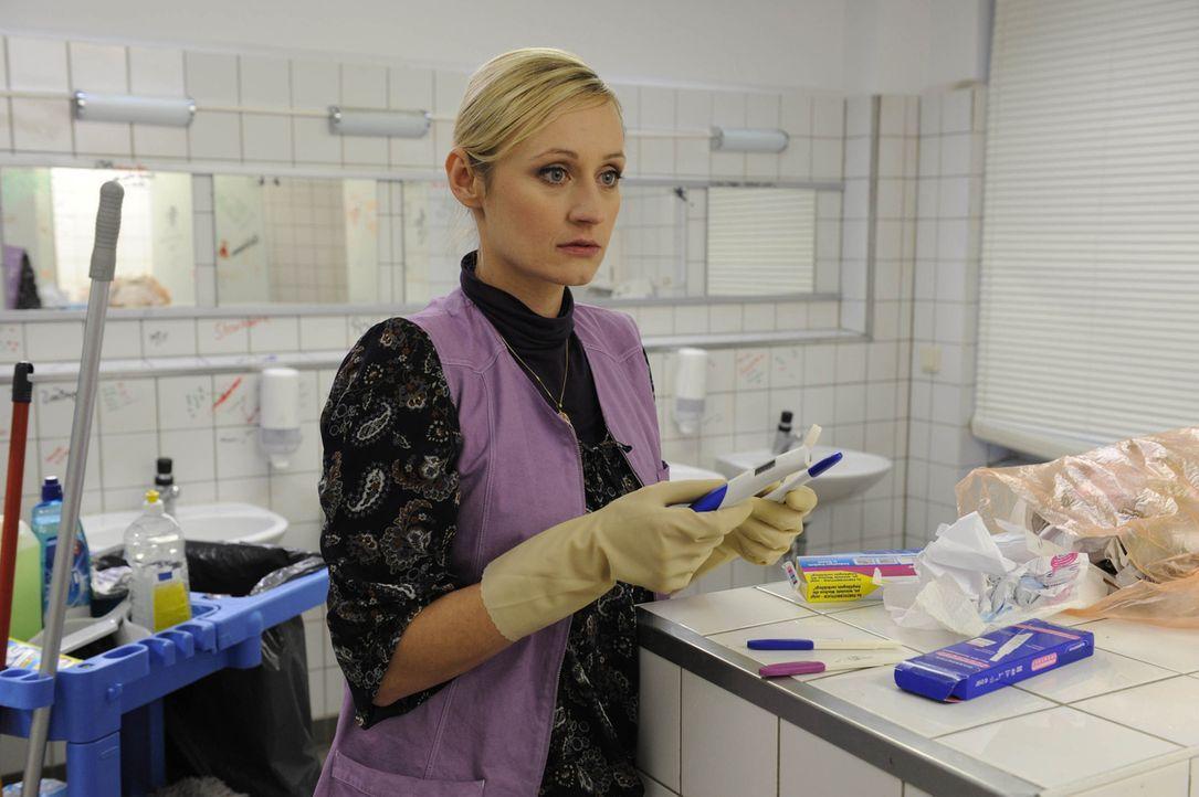 Findet einen Schwangerschaftstest im Schulklo: Karin (Barbara Sotelsek) ... - Bildquelle: SAT.1