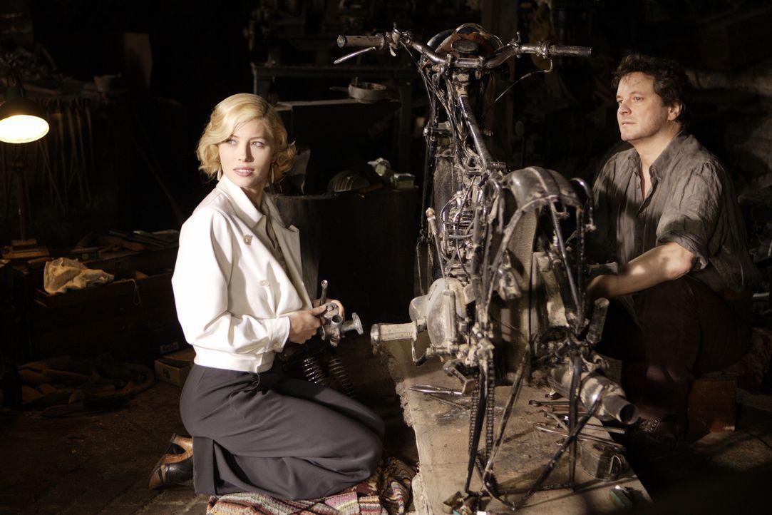 Nur Major Jim Whittaker (Colin Firth, r.), der Laritas (Jessica Biel, l.) Vorliebe für alles Motorisierte teilt, ist von der Amerikanerin sehr anget... - Bildquelle: 2008 Easy Virtue Films Limited. All Rights Reserved.