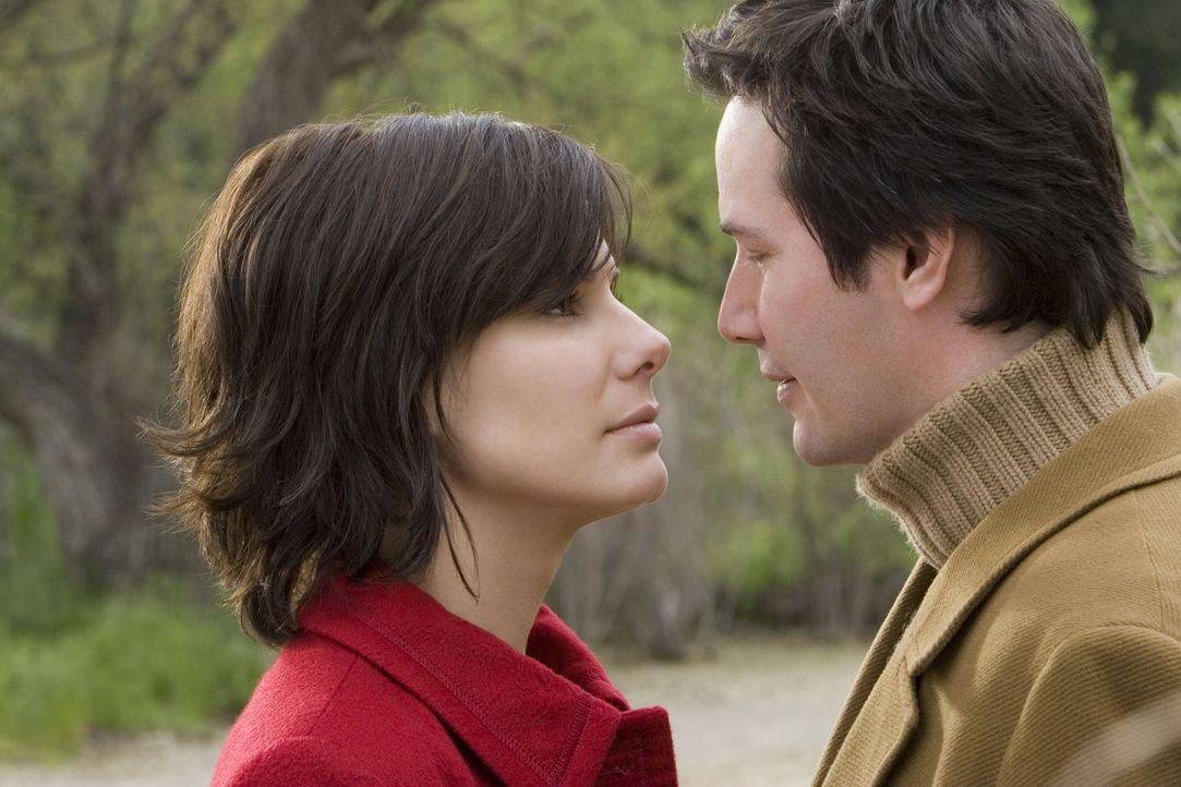 Alex Wyler (Keanu Reeves, r.) und Kate Forster (Sandra Bullock, l.) versuchen hinter das Geheimnis ihrer außergewöhnlichen, seelischen Verbindung zu... - Bildquelle: Warner Brothers International Television Distribution Inc.