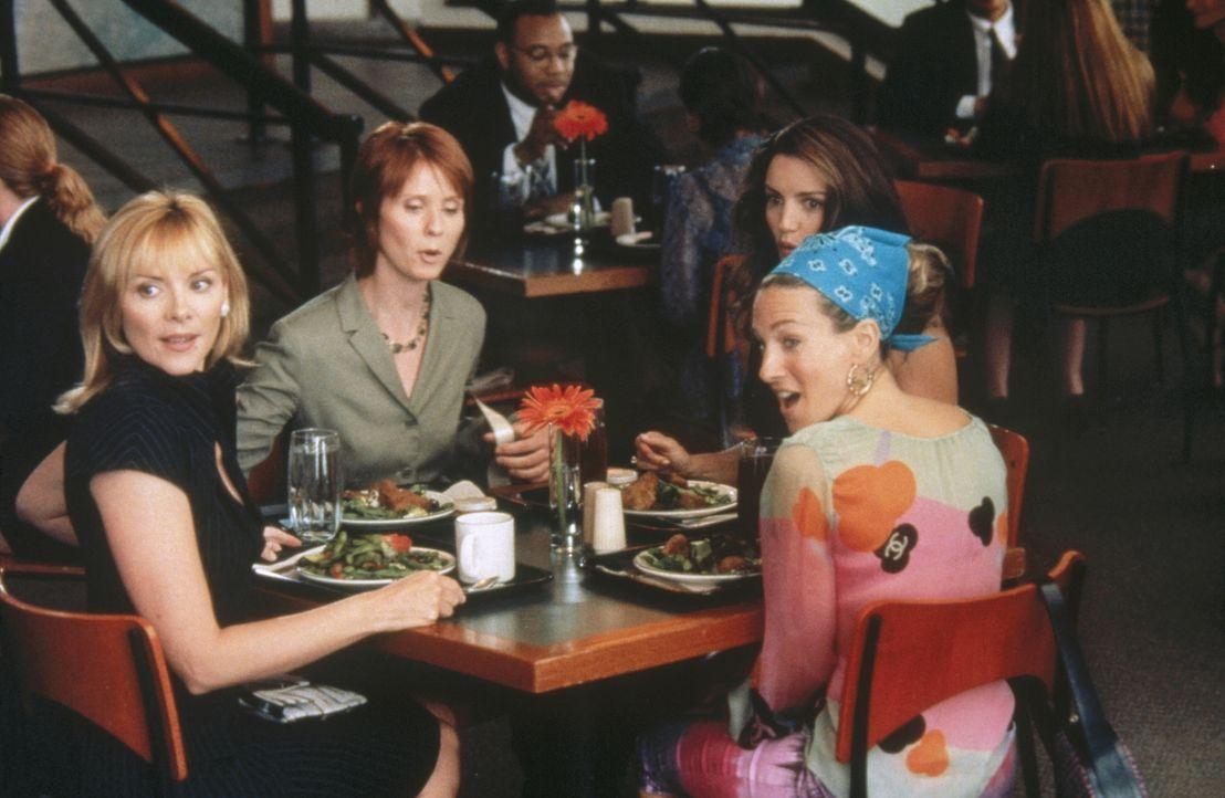 Während eines Mittagplauschs und einem Salat, bericht Miranda (Cynthia Nixon, 2.v.l.) ihren Freundinnen Sam (Kim Cattrall, l.), Carrie (Sarah Jessi... - Bildquelle: Paramount Pictures