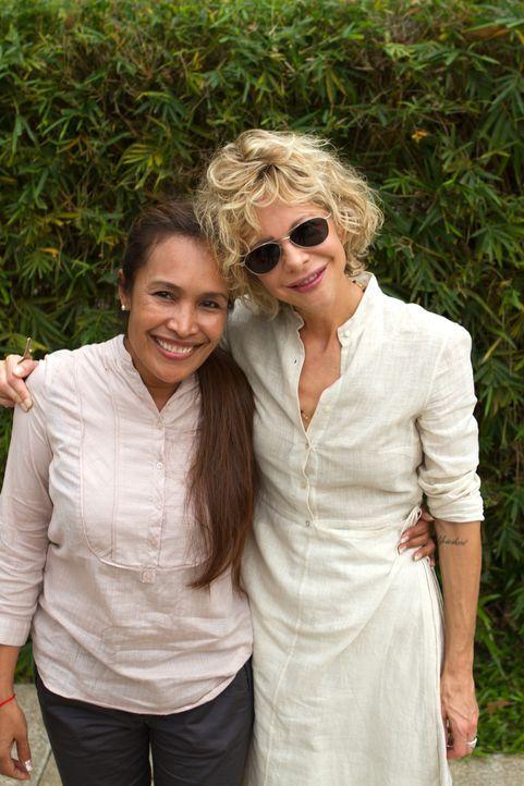 In Kambodscha trifft Meg Ryan (r.) auf die charismatische Somaly Mam (l.), die gegen die sexuelle Ausbeutung von jungen Mädchen und Frauen kämpft. - Bildquelle: Jeff Dupre Fremantle