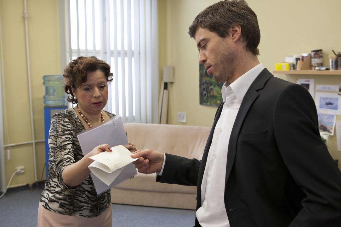 Ingrid (Franziska Traub, l.) bekommt als erstes die Folgen von Julians (Sebastian Hölz, r.) Herrschaft zu spüren ... - Bildquelle: SAT.1