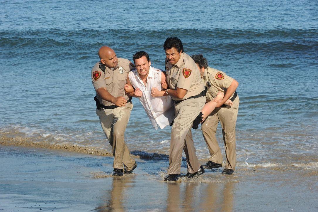 Ein romantischer Ausflug nach Mexiko entwickelt sich zum Desaster, als Nick (Jake Johnson, 2.v.l.) verhaftet wird ... - Bildquelle: TM &   2013 Fox and its related entities. All rights reserved.