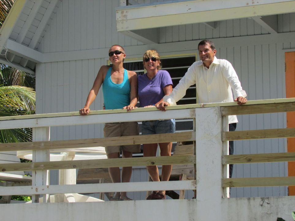 Nach einem schönem Urlaub in Vieques beschließen Margi (M.) und Jessi La Porte (l.), ihren Wohnsitz permanent dorthin zu verlegen. Kann Gustavo Mart... - Bildquelle: 2013, HGTV/Scripps Networks, LLC. All Rights Reserved.