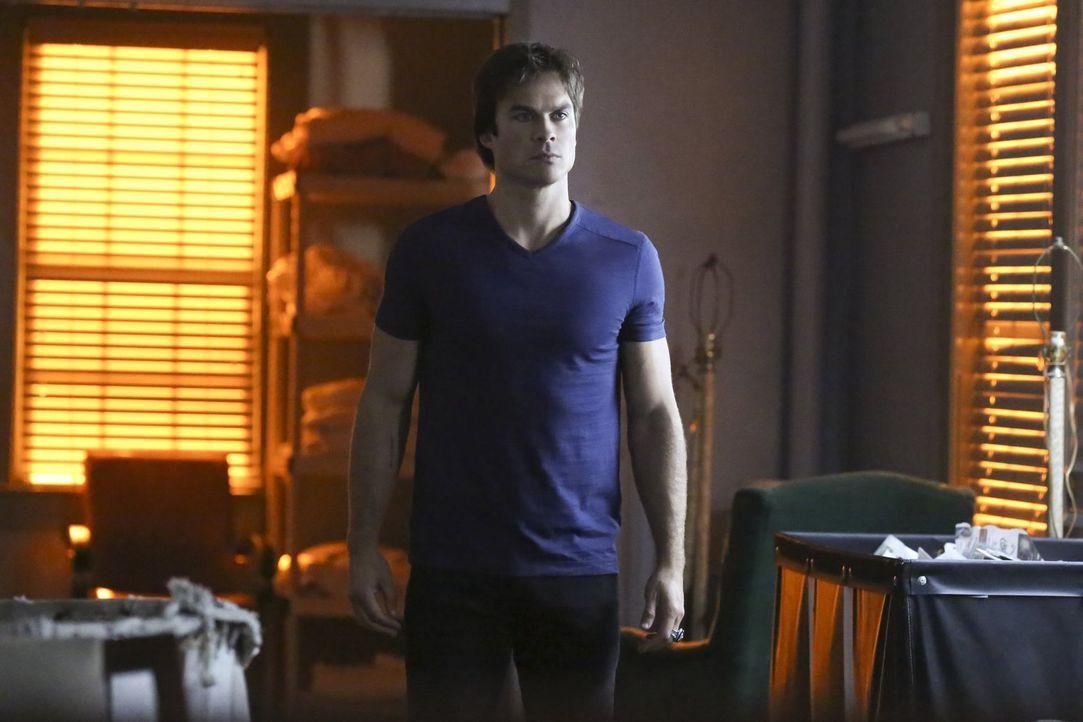 Bei seiner Suche nach einem verschollenen Mitglied von Lilys Familie wird Damon (Ian Somerhalder) mehr als nur ein wenig überrascht ... - Bildquelle: Warner Bros. Entertainment, Inc.