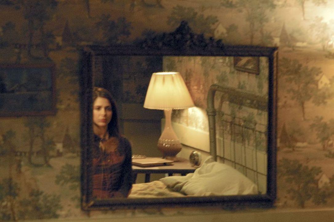 Als Joanna (Sarah Michelle Gellar) in ihrem Zimmer in den Spiegel schaut, sieht sie das Gesicht einer fremden Frau. Die Vision endet abrupt, als ihr... - Bildquelle: Tobis Film GmbH & Co. KG