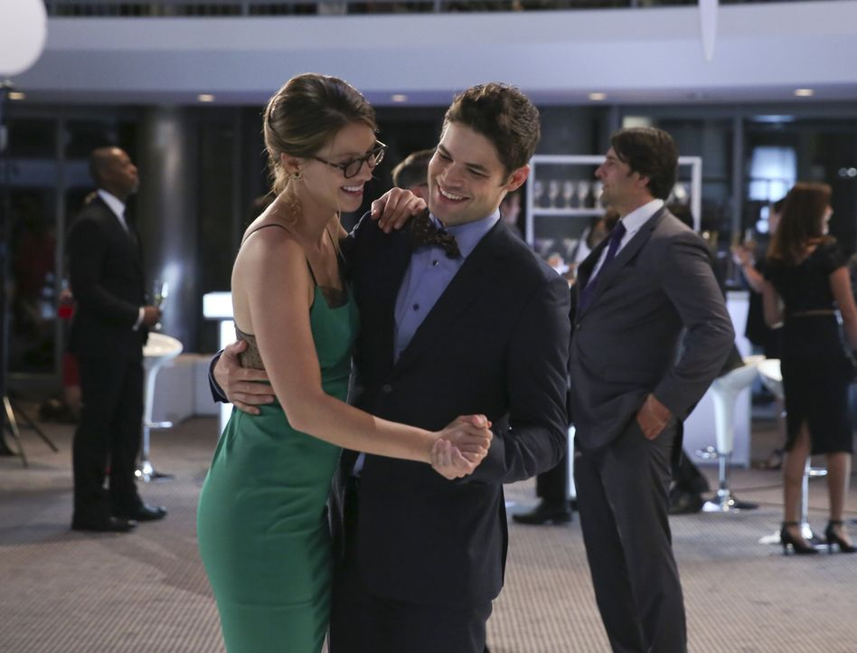 Als Kara (Melissa Benoist, l.) und Wenn (Jeremy Jordan, r.) das Tanzbein schwingen, kann die frischgebackene Superheldin für einen Moment vergessen,... - Bildquelle: 2015 Warner Bros. Entertainment, Inc.