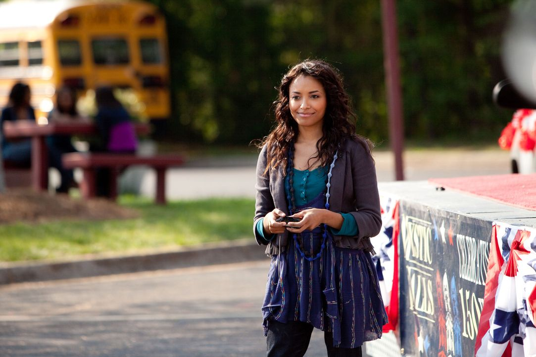 Bonnie (Katerina Graham) ist froh, dass ihre Freunde glücklich sind. - Bildquelle: Warner Bros. Television