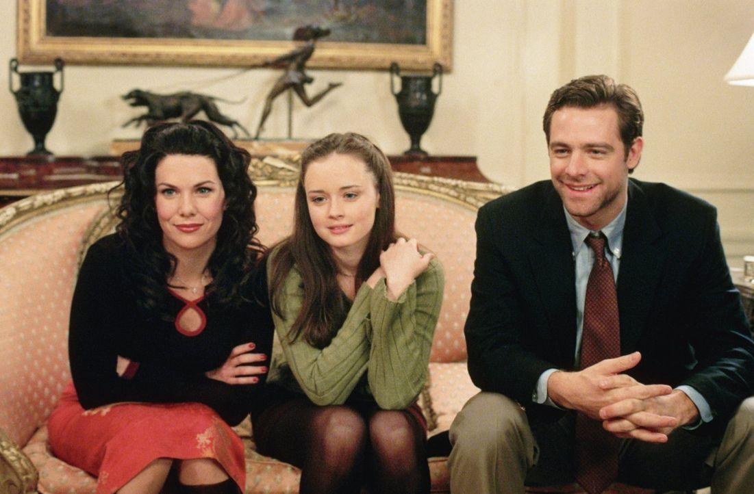 Als Christopher (David Sutcliffe, r.) in Stars Hollow auftaucht, laden Loreleis (Lauren Graham, l.) Eltern alle zum Abendessen ein, doch der Abend e... - Bildquelle: 2000 Warner Bros.