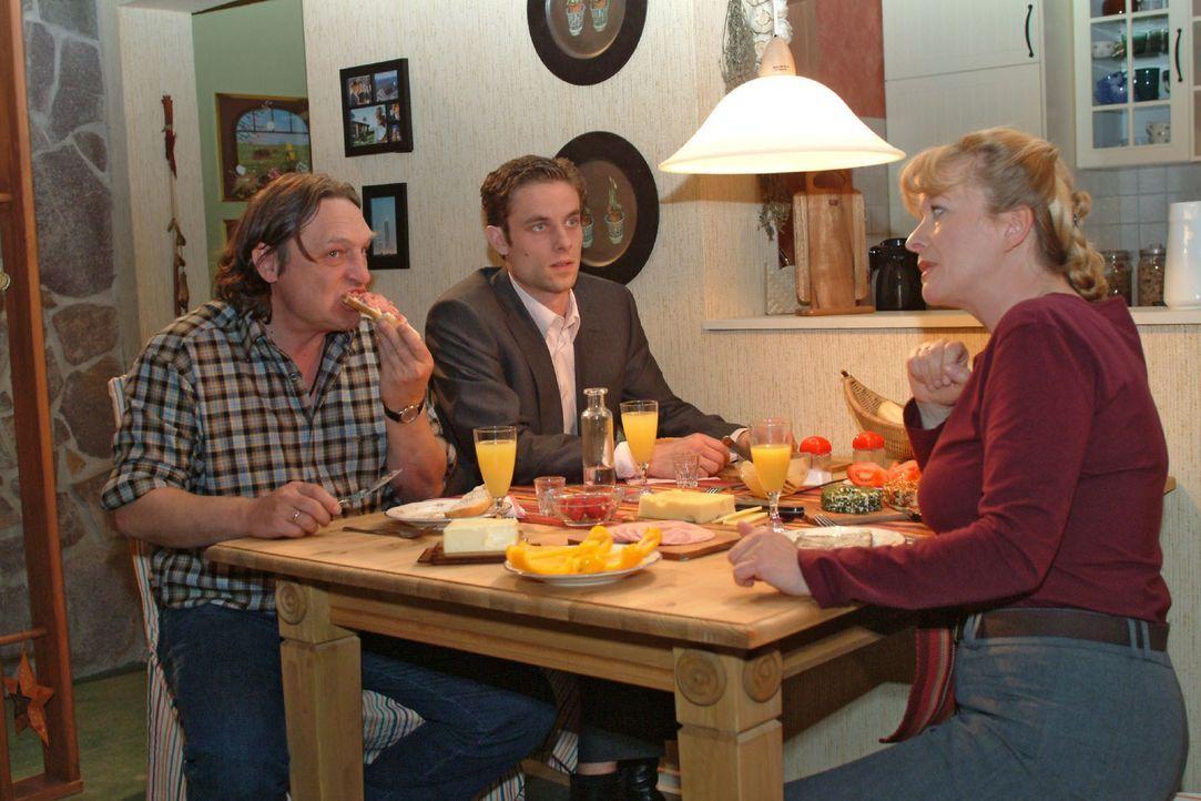 Zumindest bei Lisas Eltern Bernd (Volker Herold, l.) und Helga (Ulrike Mai, r.) kann Max (Alexander Sternberg, M.) punkten. - Bildquelle: Monika Schürle SAT.1 / Monika Schürle