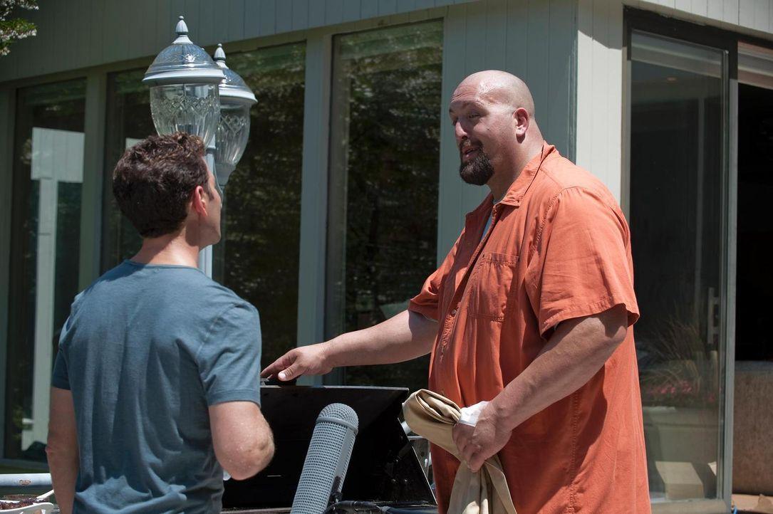 Hank (Mark Feuerstein , l.) hat einen neuen prominenten Patienten: Der über zwei Meter große Schauspieler Donald Green (Paul Wight, r.), alias The G... - Bildquelle: Universal Studios