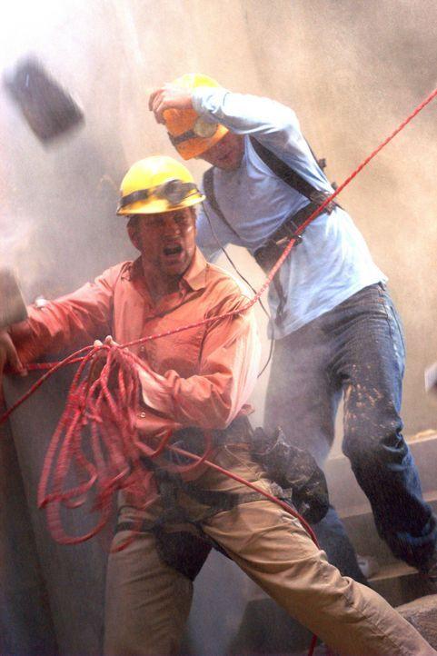 Immer wieder bedrohen Nachbeben die Rettungsarbeiten von Anthony (Doug Savant, l.) und den anderen Helfern ... - Bildquelle: Regent Productions