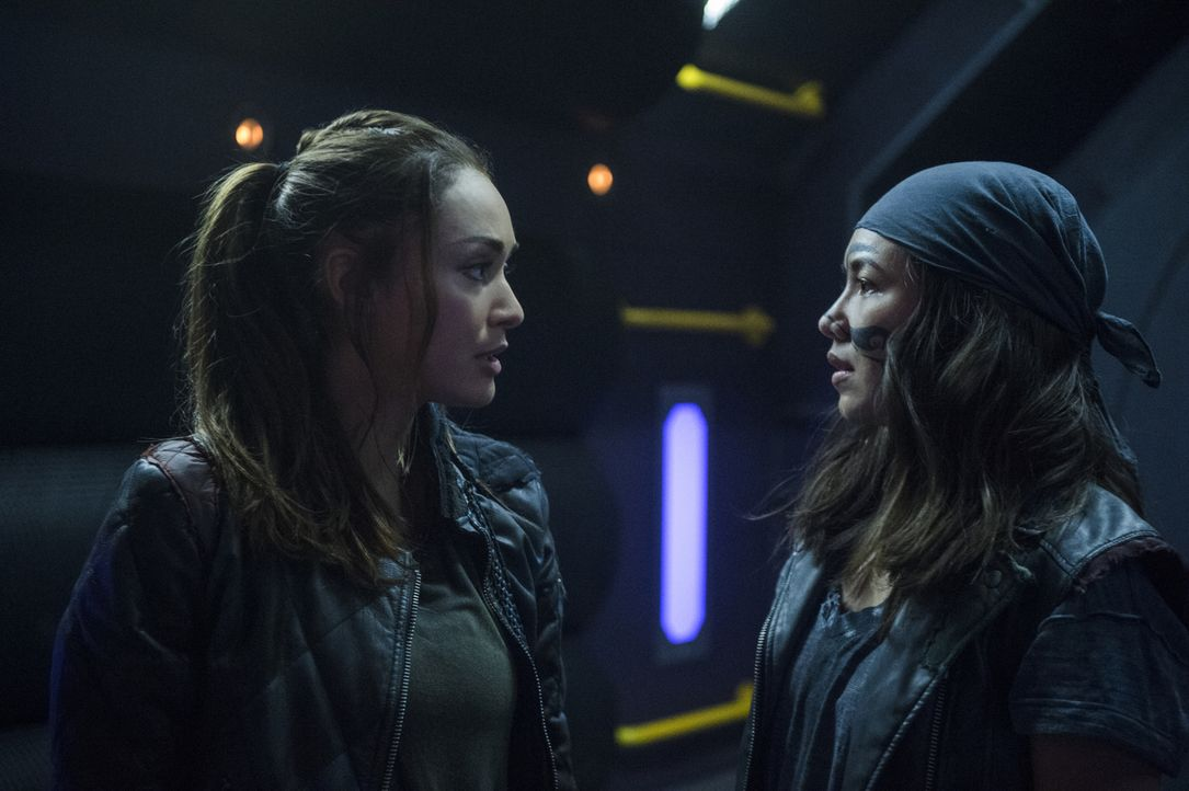 (v.l.n.r.) Raven (Lindsey Morgan); Emori (Luisa D'Oliveira) - Bildquelle: Diyah Pera 2018 The CW Network, LLC. All rights reserved.