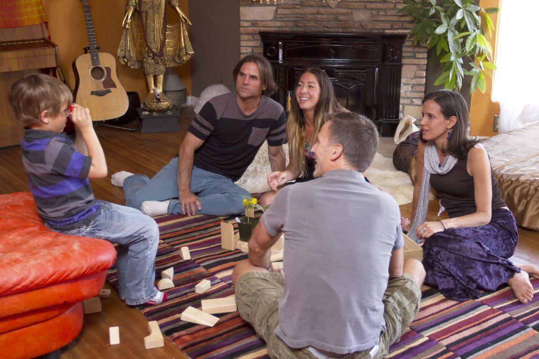 Devin (l.), der Sohn von Kamala (r.) und Michael (2.v.l.), freut sich über den Besuch seines Onkels Christian (2.v.r.) und hat auch keine Probleme m... - Bildquelle: Showtime Networks Inc. All rights reserved.