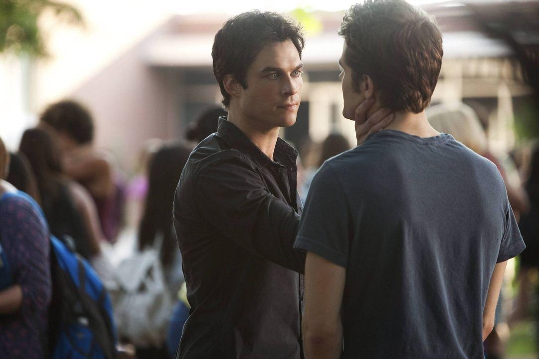 Als klar wird, dass es Silas (Paul Wesley, r.) ist, der in Mystic Falls auftaucht, macht Damon (Ian Somerhalder, l.) sich auf die verzweifelte Suche... - Bildquelle: Warner Brothers