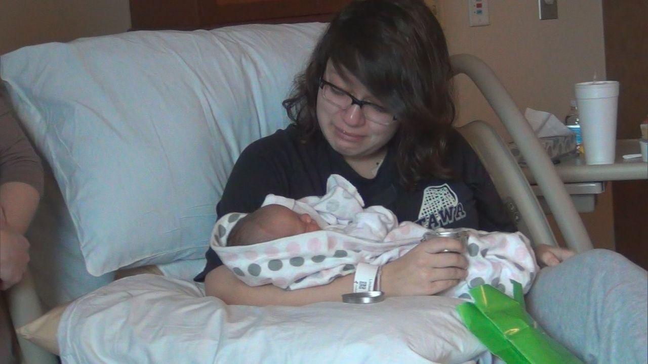 Alexa ist gerührt, als sie ihr Baby in den Händen hält und trotzdem hofft sie, dass die Familie, die das Kind adoptieren will, auch wirklich Wort hä... - Bildquelle: 2013 NBCUniversal Media, LLC