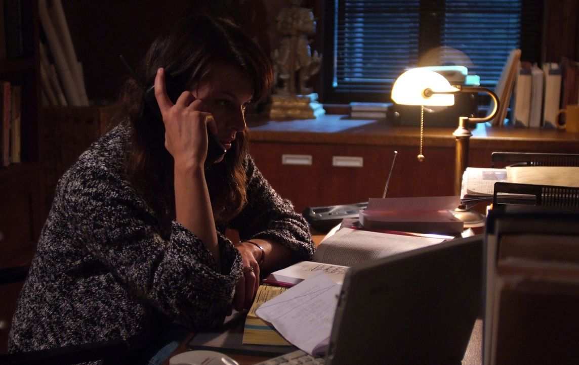 Nach dem Tod ihres Mannes fühlt die Psychologin Abbey Tyler (Milla Jovovich, r.), dass sie seine Studie weiterführen und sie so schnell wie möglich... - Bildquelle: 2009 Gold Circle Films LLC.  All rights reserved