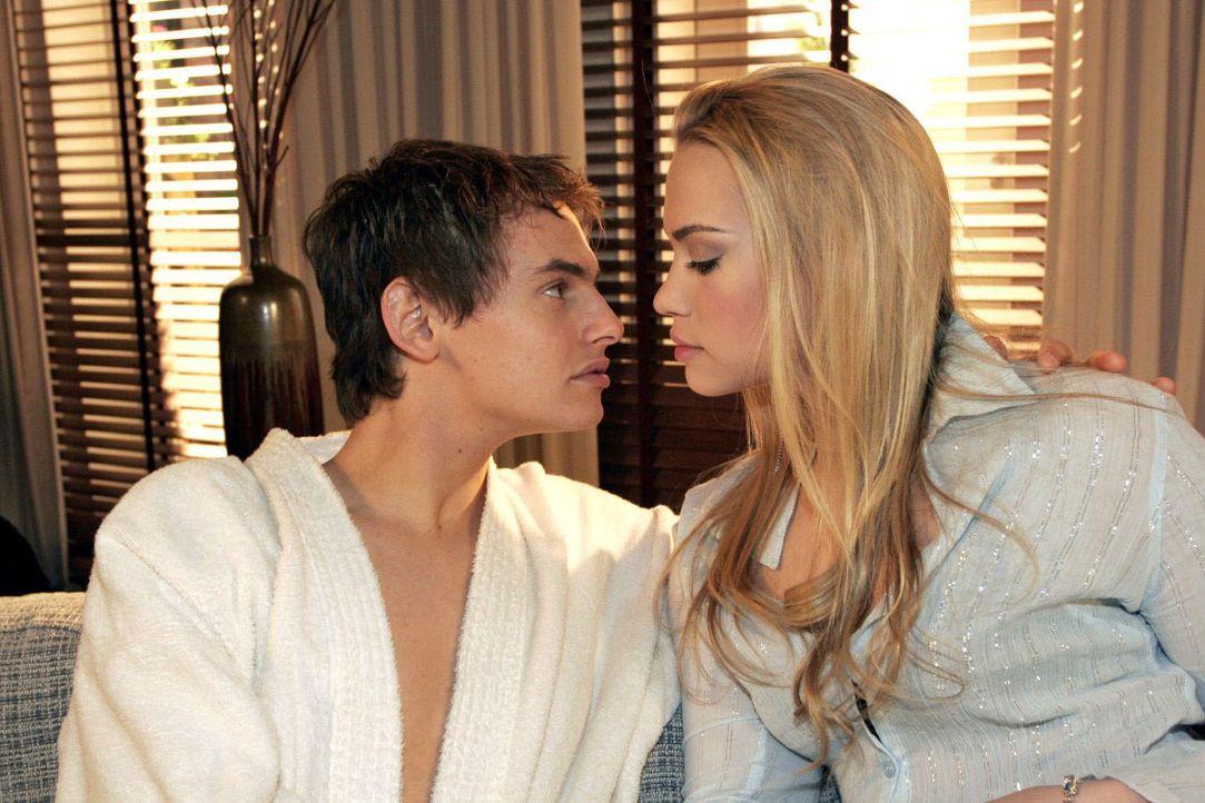 Als Alex (Shai Hoffmann, l.) mit seinen Eroberungen prahlt, gibt Kim (Lara-Isabelle Rentinck, r.) ebenfalls vor, ein erfülltes Liebesleben zu haben. - Bildquelle: Noreen Flynn SAT.1 / Noreen Flynn