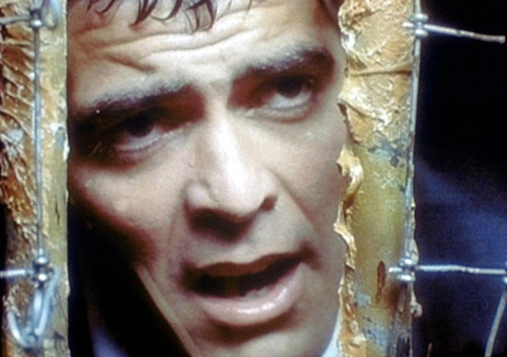 In einem Überlaufrohr, das sich schnell mit Regewasser füllt, steckt ein kleiner Junge fest. Dr. Ross (George Clooney) versucht, dem Jungen das Le... - Bildquelle: TM+  WARNER BROS.