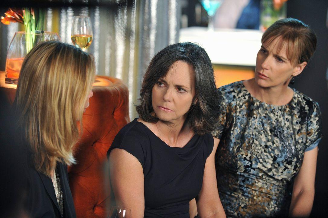 Kitty (Calista Flockhart, l.) erzählt Nora (Sally Field, M.) und Sarah (Rachel Griffiths, r.), dass sie bereit für einen Neuanfang ist ... - Bildquelle: 2010 American Broadcasting Companies, Inc. All rights reserved.
